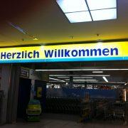 """Falsche Schreibweise von """"Herzlich willkommen"""", gefunden bei EDEKA in Esslingen."""