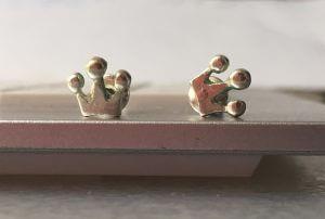 Silberfarbene Ohrringe mit Krönchen – Die Orthogräfin