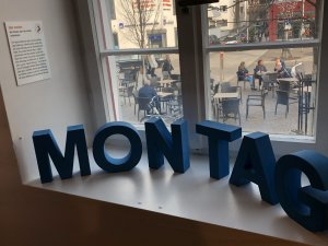 Einzelne blaue Buchstabenobjekte: M O N T A G